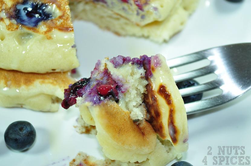 panqueca com blueberry / mirtilo aberta no garfo